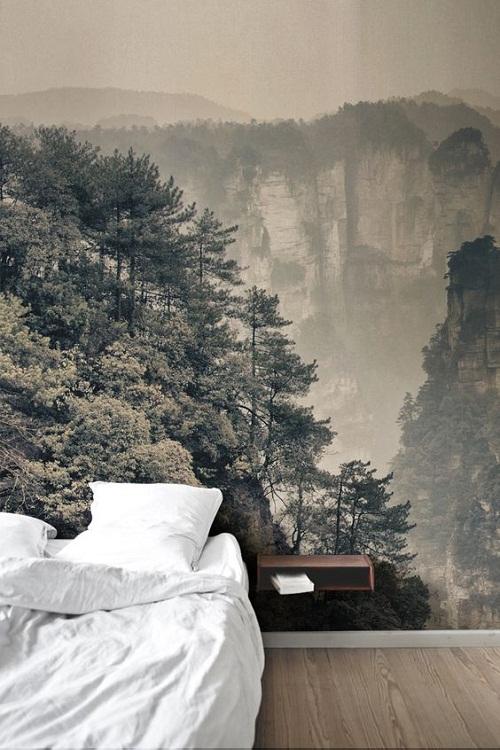 Imaginea linistitoare a padurii este compatibila cu dormitorul.