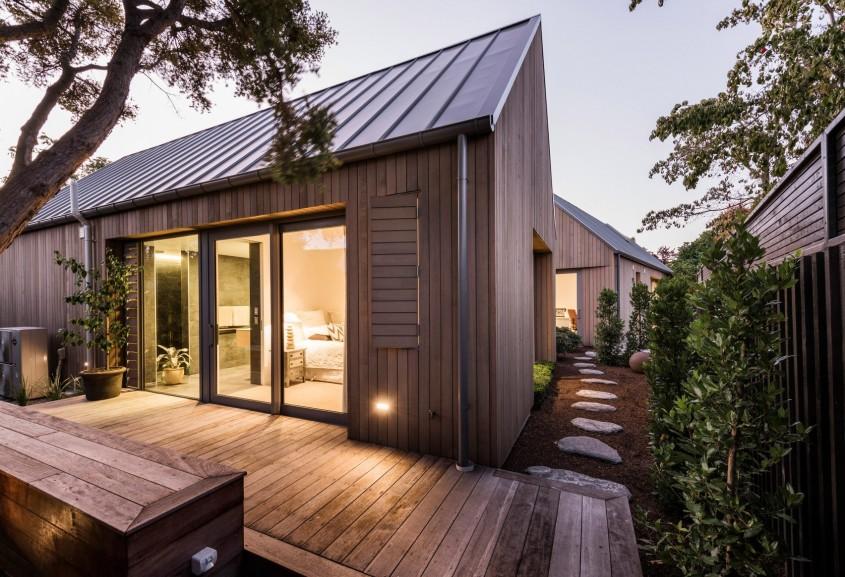 O casă ale cărei spații sunt fragmentate cu ajutorul grădinilor