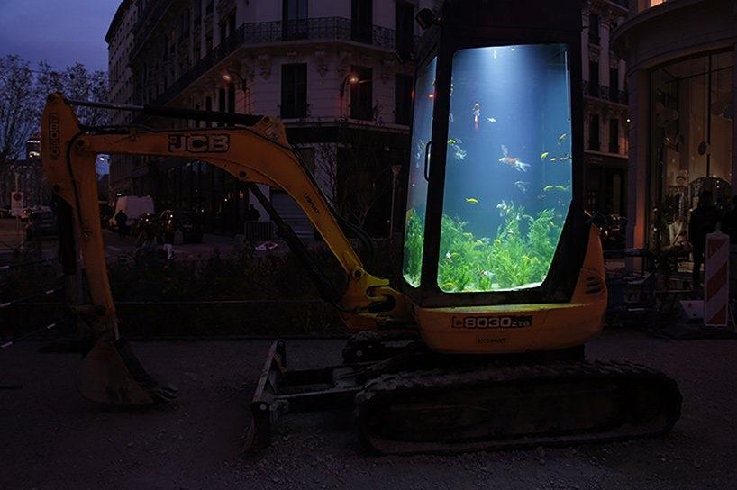 Un artist francez a transformat o rulotă veche într-o piscină