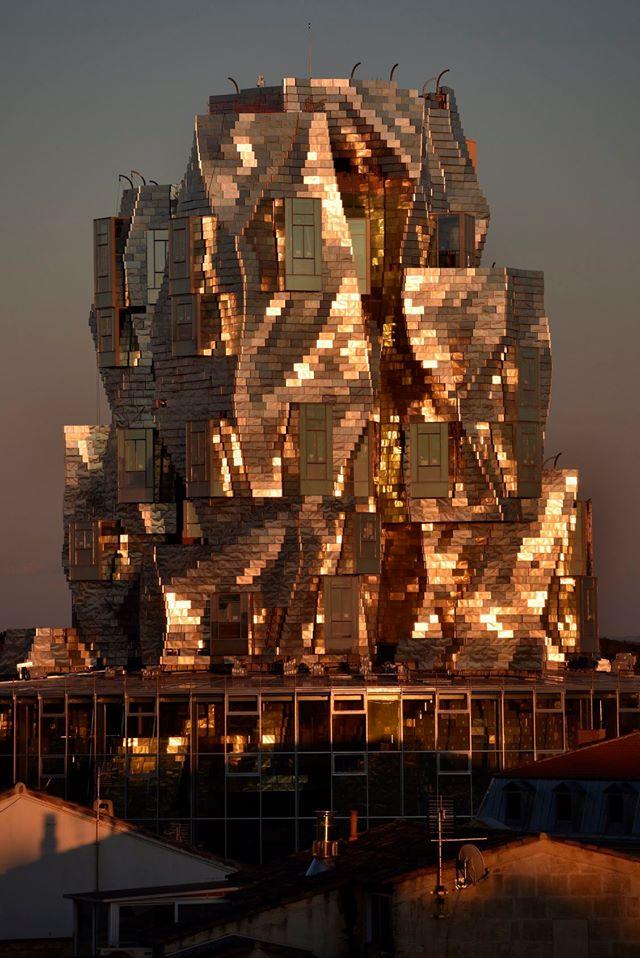 """O clădire îmbrăcată în """"solzi"""" din aluminiu marca Frank Gehry"""