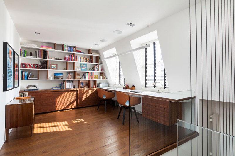 5. Pozitionat la ultimul nivel, acest birou are suficiente rafturi si dulapuri in vreme ce blatul suspendat ofera o zona comuna de lucru.