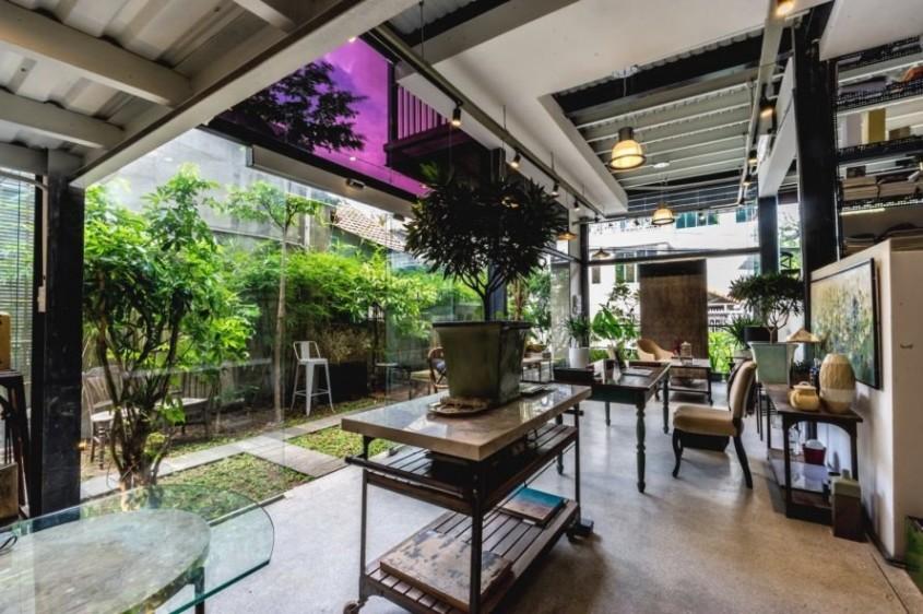 O clădire multifuncțională prefabricată învăluită de plante exotice, construită în trei luni