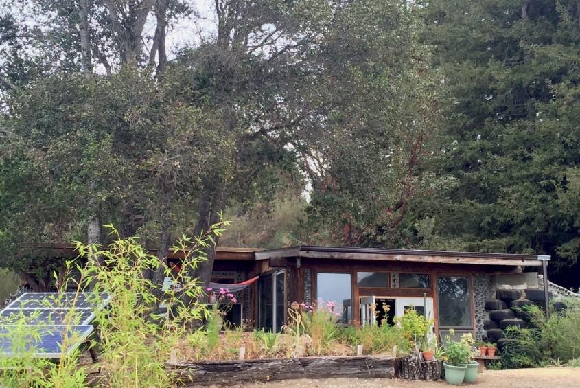 O casă sustenabilă de tip Earthship construită cu mai puțin de 10.000 de dolari