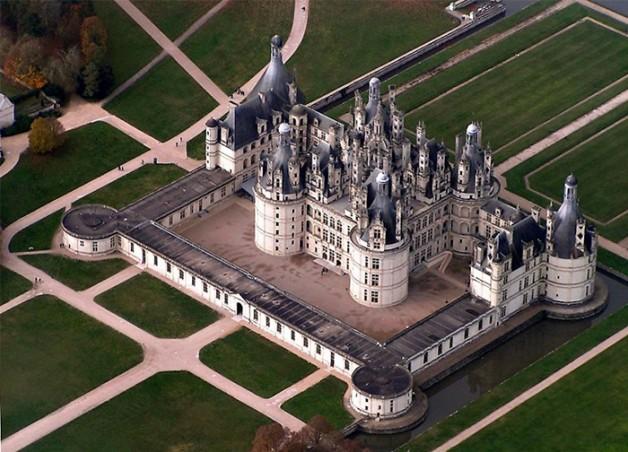"""<b>7. Cele mai multe cosuri de fum la un loc</b> <p style=""""text-align: left;"""">Castelul Chambord, inceput de regele Francis I in 1519, are nu mai putin de 365 de cosuri de fum, fiecare diferit. Pe cosuri sunt sculptate scuturi, coroane, coloane, animale si nimfe. Castelul, cel mai mare din Valea Loarei, care nu a fost niciodată finalizat, a fost comandat de Francisc I in parte pentru a fi aproape de amanta sa, fiind construit pentru a-i servi drept cabana de vanatoare. Castelul are, totodata, 440 de camere si 84 de scari.</p>"""
