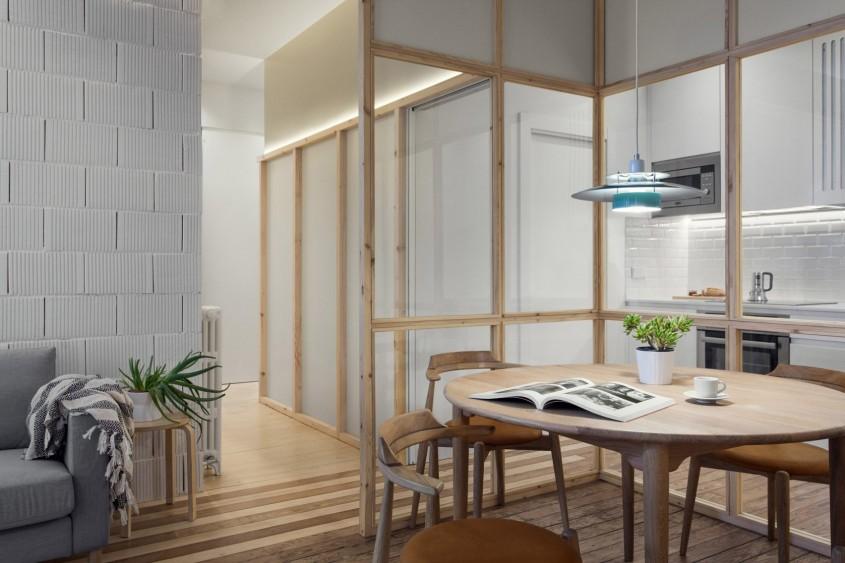 Un apartament remodelat cu ajutorul partițiilor din sticlă și al grinzilor din beton