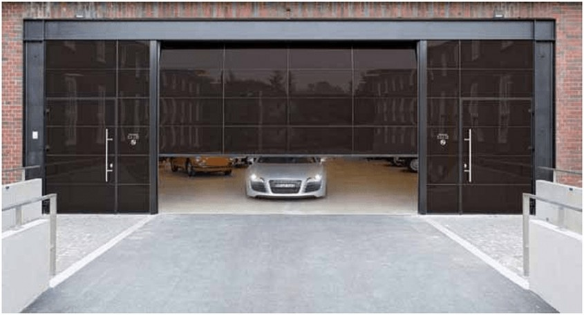 Uşi alăturate cu aspect asemănător Combinaţia formată din uşa secţională şi uşa alăturată vitrate creează un
