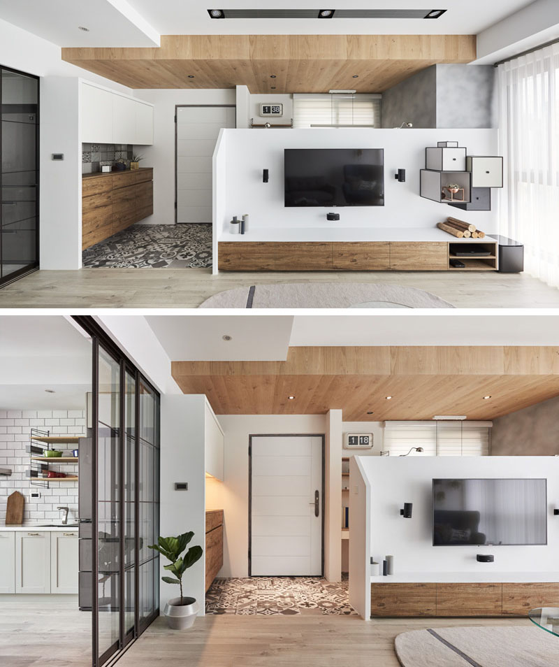 Un perete cu dublu rol separă un mic birou de camera de zi a apartamentului