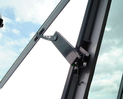 """<b>Automatizari Siatec cu Brat</b> <p>Această soluție inovativă de automatizări poate fi montată atât pe ferestre, cât și pe uși. Integrarea acestora permite deschiderea simultană a ferestrelor și a ușilor în caz de incendiu. Un număr de 80 de astfel de motoare au fost montate de către specialiștii Siatec la <a href=""""http://www.siatec.ro/desfumare-teatrul-national/"""" _mce_href=""""http://www.siatec.ro/desfumare-teatrul-national/"""" target=""""_blank"""" style="""""""" _mce_style="""""""">Teatrul Național</a>.</p>"""