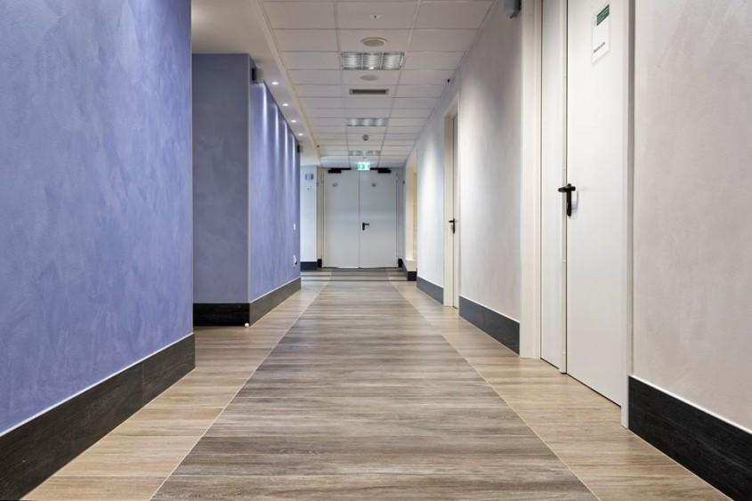 Pavimente si pereti interiori realizati cu placi ceramice fotocatalitice Active 2.0 - Spital Bufalini, Italia