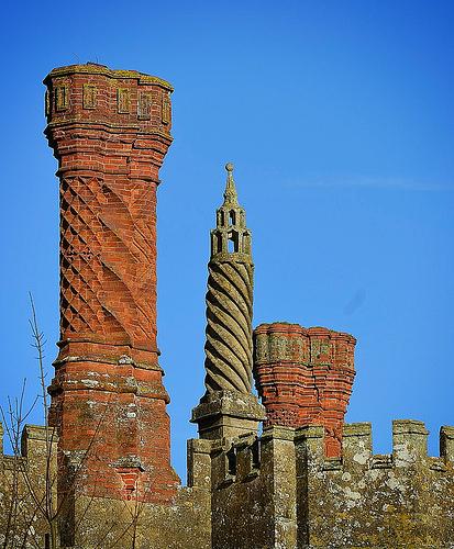 """<b>8. Cele mai vechi cosuri de fum</b> <p style=""""text-align: left;"""">Castelul Thornbury, unul dintre cele mai vechi si mai incarcate de istorie edificii din Anglia, a fost construit in 1511 pentru Edward Stafford, duce de Buckingham, dar cosurile de fum fanteziste au fost adaugate trei ani mai tarziu.Ulterior, castelul a fost confiscat de regele Henric al VIII-lea, care l-a ocupat pentru o perioada scurta de timp impreuna cu Anne Boleyn. Maiestoasele sale cosuri sunt realizate din caramizi turnate si cioplite.</p><p style=""""text-align: left;""""><br /></p><p style=""""text-align: left;"""">Insa cele mai vechi cosuri din lume ar putea fi  cele aflate pe cladirea masiva a bucatariei din manastirea de la Fontevraud, care dateaza din secolul al XII-lea,  acolo unde sunt ingropati Henric al II-lea al Angliei, sotia lui, Eleanor de Aquitame, si fiul lor Richard Inima de Leu.  Cele cinci cosuri de fum masive ale manastirii folosite pentru gatit si pentru afumarea carnii si a pestelui, pentru o comunitate monahala de cateva sute de persoane, sunt conectate foarte ingenios cu alte 20 cosuri de fum din piatra, mai subtiri, integrandu-se armonios cu arhitectura romanica a cladirii.</p>"""