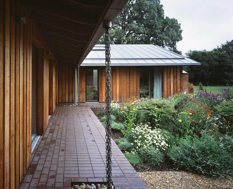 O alternativă la burlane foarte interesantă: Case moderne care folosesc lanțuri pentru a evacua ploaia