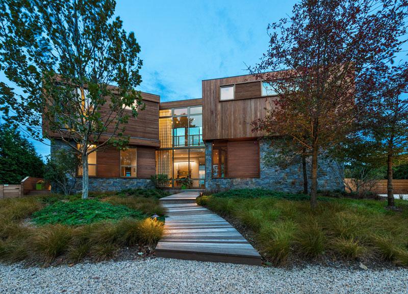 1. Incadrati usa de acces Folosind jardiniere, copaci sau o alee pietruita si flancata de plante veti crea un traseu spre usa si o delimitare vizuala a zonei de acces.