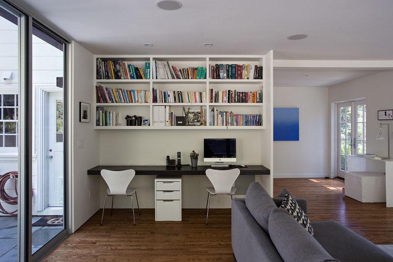 7. Un birou negru si un dulap cu rafturi albe - tot ce ai nevoie pentru un birou functional.