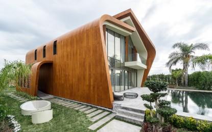 Fatada laterala stanga realizata cu panouri HPL cu finisaj furnir Vila din cadrul complexului rezidential KNDU