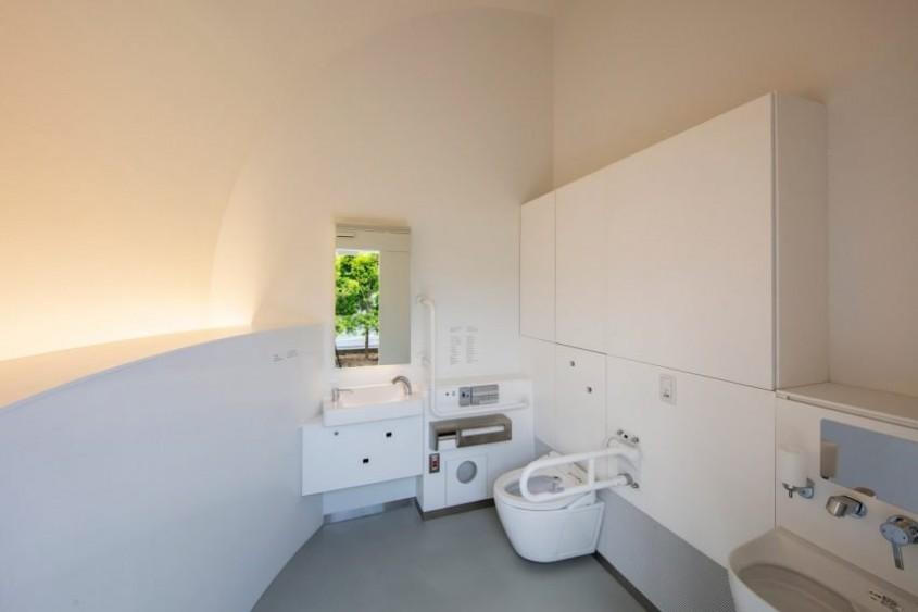O toaletă publică în care nu trebuie să atingi nimic