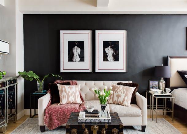 """<b>Back to black</b> <p style=""""text-align: left;"""" _mce_style=""""text-align: left;"""">""""Combinatia dintre roz prafuit si negru cunoaste un puternic reviriment. De exemplu, un incantator perete rozaliu cu rafturi pentru carti, mese si corpuri de iluminat din metal vopsit in negru"""" - Susan Petrie, Petrie Point Designs</p>"""