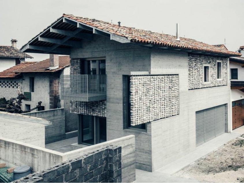 """""""Draperii"""" din piatră înfrumusețează fațadele acestei case"""