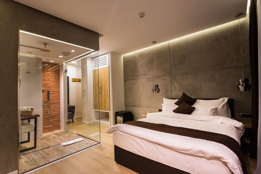 Același spațiu, mai multe încăperi – compartimentarea cu pereți din sticlă securizată