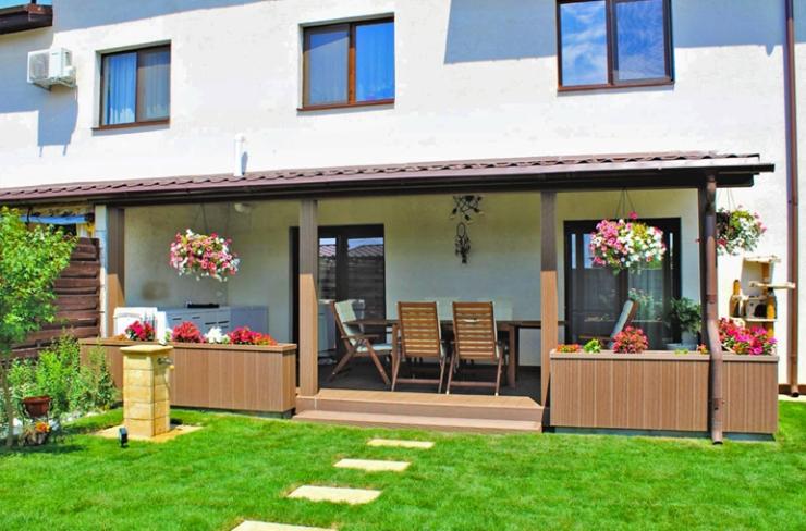 Terasă, jardiniere și stâlpi realizați din profile WPC Bencomp