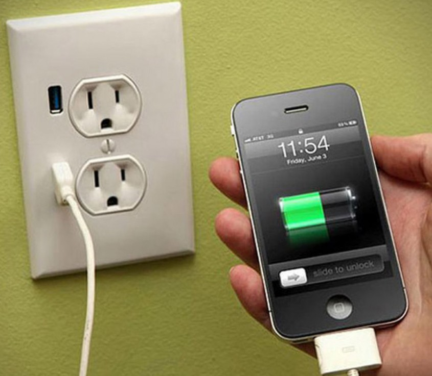 """Prize cu port USB <p>Se pare ca prizele cu port USB sunt viitorul in ceea ce priveste incarcarea telefoanelor mobile si a celorlalte dispozitive care au ajuns sa ne fie indispensabile, asa ca ai in vedere aceasta informatie in momentul instalarii sistemului electric.<br /><br _mce_bogus=""""1""""></p>"""
