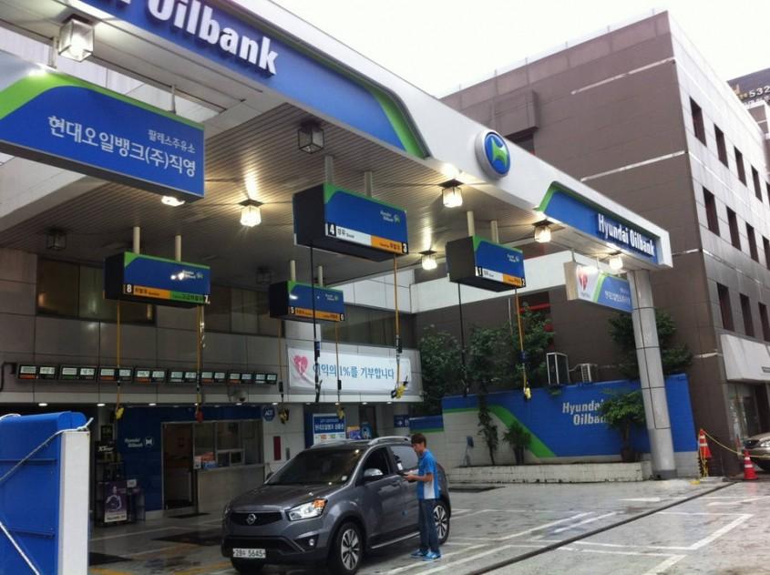 Benzinaria cu pompele in tavan