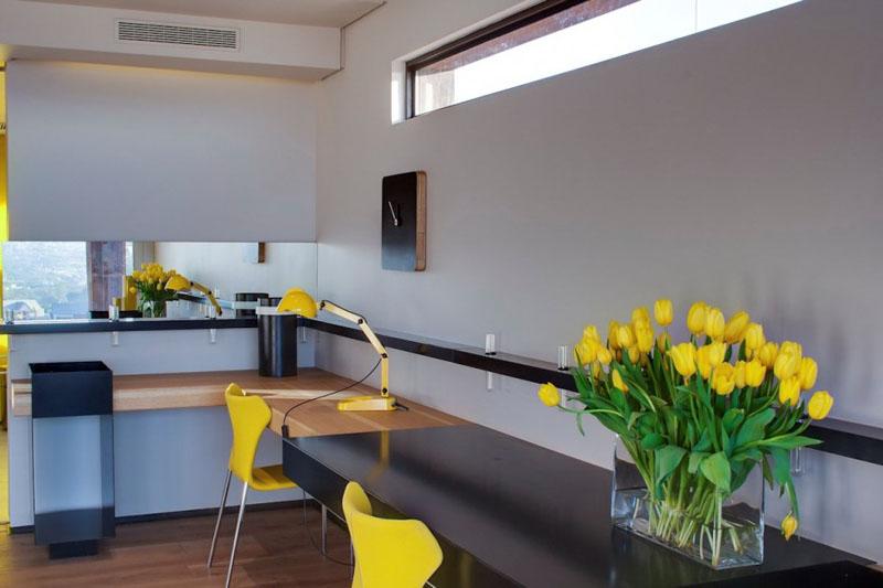 8. Iata un spatiu de birou in care atmosfera este inviorata cu accente de galben.