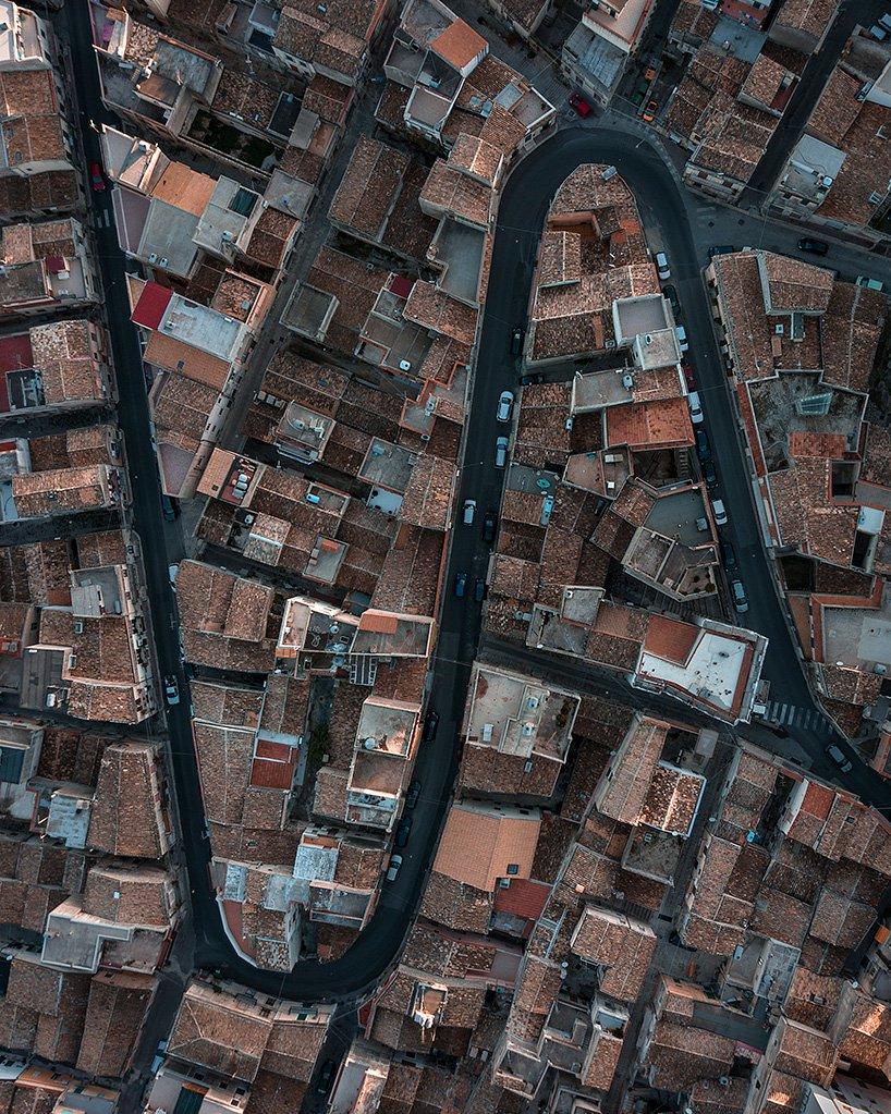 Modica, Sicilia Modica este un oras istoric din Sicilia, Italia, cunoscut pentru ciocolata si pentru arhitectura sa baroca.