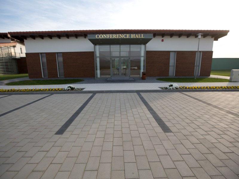 Zona din fata Salii de Conferinte, amenajata cu pavaj  Teleac ELIS PAVAJE