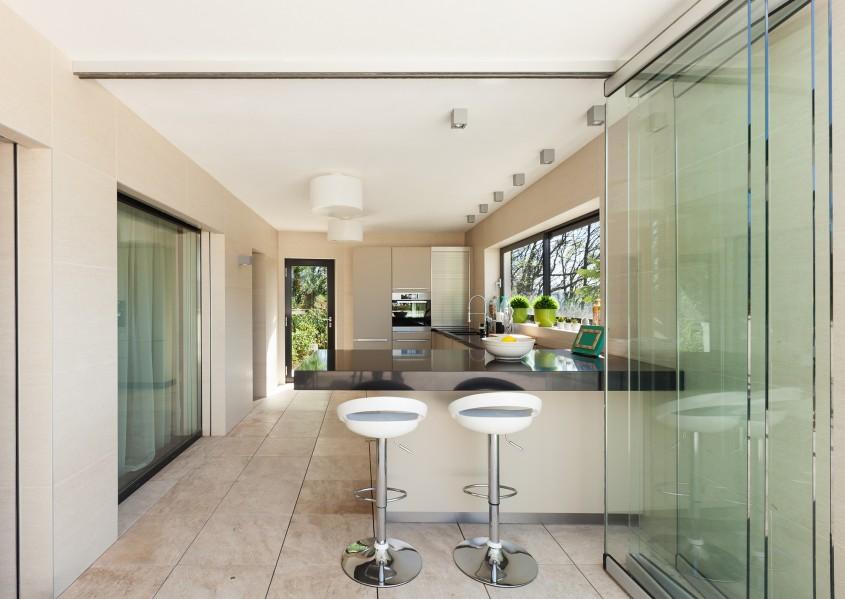 Compartimentările din sticlă pentru interioare cu stil