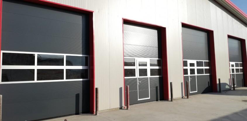 Cum folosești ușile secționale pentru iluminarea naturală a unui service auto