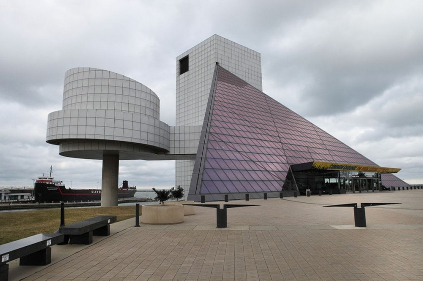 """Rock and Roll Hall of Fame and Museum, Cleveland (1995) <p style=""""text-align: center;"""" _mce_style=""""text-align: center;""""><em>Foto: Sam Howzit(<a rel=""""nofollow"""" href=""""https://creativecommons.org/licenses/by/2.0/deed.en"""" _mce_href=""""https://creativecommons.org/licenses/by/2.0/deed.en"""" target=""""_blank"""" style="""""""" _mce_style="""""""">CC BY 2.0</a>)</em></p><p style=""""text-align: center;"""" _mce_style=""""text-align: center;""""><em><br /></em></p><p style=""""text-align: left;""""><span>Prin designul cladirii, arhitectul a urmarit sa exprime energia rock and roll-ului.<span>""""Sper ca cladirea va deveni un reper dramatic pentru orasul Cleveland si pentru fanii rock and roll-ului din intreaga lume"""", declara Pei.</span></span></p>"""