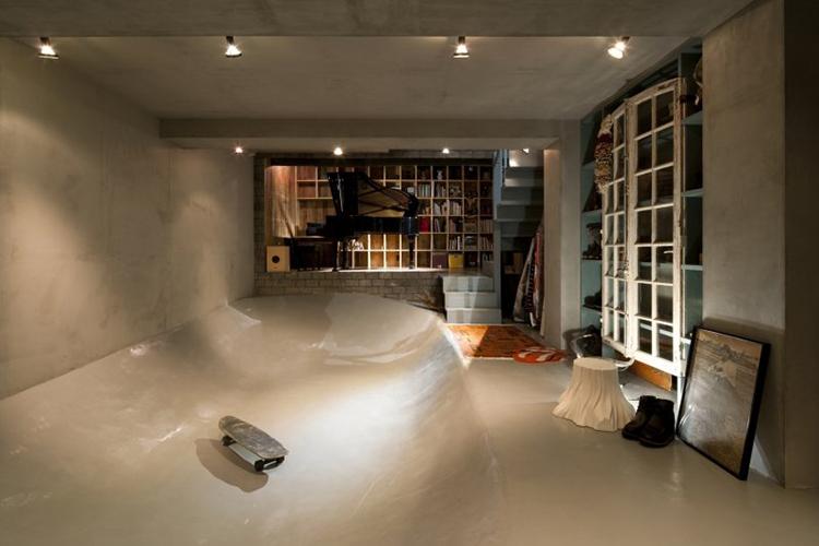 """<b>Cel mai cool din sufragerie</b> <p style=""""text-align: left;"""">Pista de skateboarding a fost una dintre cerintele proprietarilor acestei case din Tokyo pentru echipa de la LEVEL Architects.</p>"""
