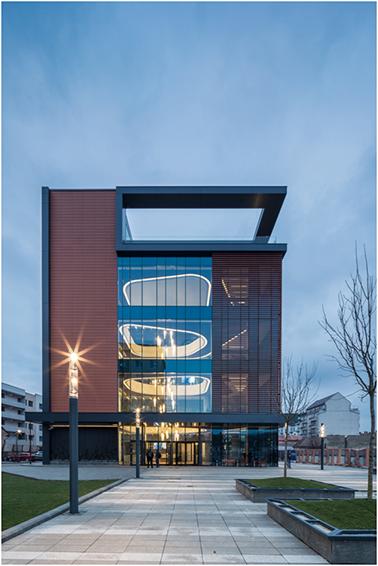 """<p style=""""text-align: left;"""">Arhitectura modernă și futuristă a construcției este completată de design-ul robust al celor două uși rotative vitrate, care se remarcă prin tavanul de sticlă, cu grosimea de 17 mm, și vitrajul curb, din sticlă de 12 mm, care permite luminii naturale să se disipeze în interior și să creeze o ambianță caldă și  deosebit de plăcută.</p>"""