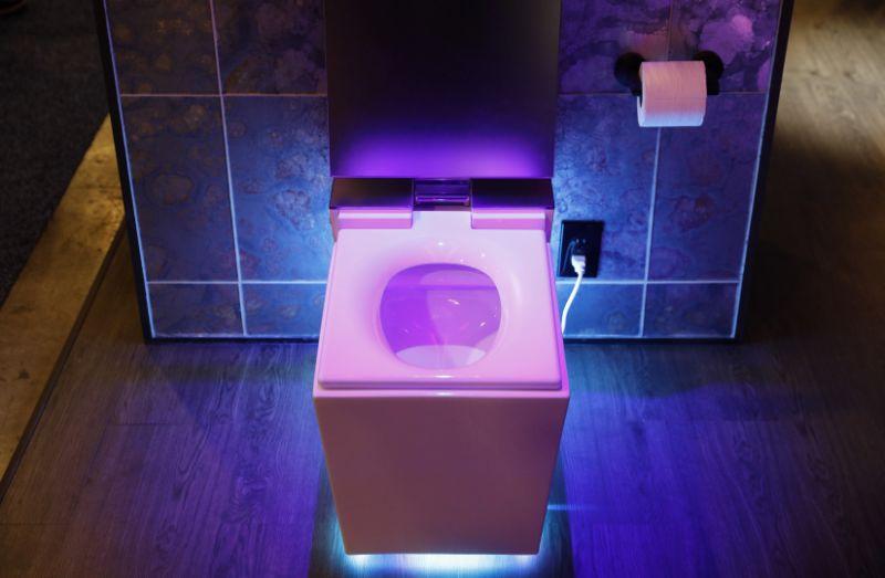 Toaleta care te asculta Compania americana Kohler a prezentat saptamana aceasta in Los Angeles toaleta inteligenta Numi 2.0, prevazuta printre altele cu boxe integrate, lumini ambientale, functia de incalzire a colacului, care se si ridica si se asaza la loc singur. Trasul apei este de asemenea automatizat. Pentru ca mai nou orice tronul high tech care se respecta are si un asistent vitual, producatorul a integrat si sistemul Alexa de la Amazon, astfel incat sa poti sa verifici vremea, sa asculti stiri si chiar sa comanzi mai multa hartie igienica in timp ce esti la baie.