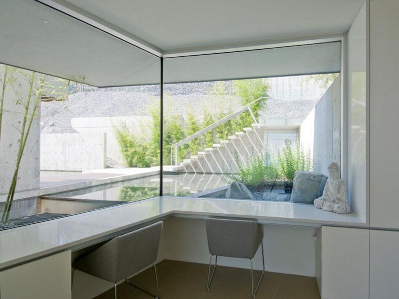 9. Daca lungimea unei incaperi nu va permite, puteti oricand sa intoarceti biroul si pe celalalt perete. Albul si griul folosite in aceasta amenajare dau impresia unui spatiu mai generos.