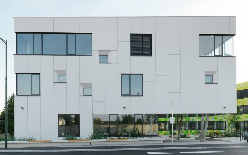 Fatada ventilata realizata cu panouri din beton aparent incombustibil Concrete Skin, Scoala BL Austria