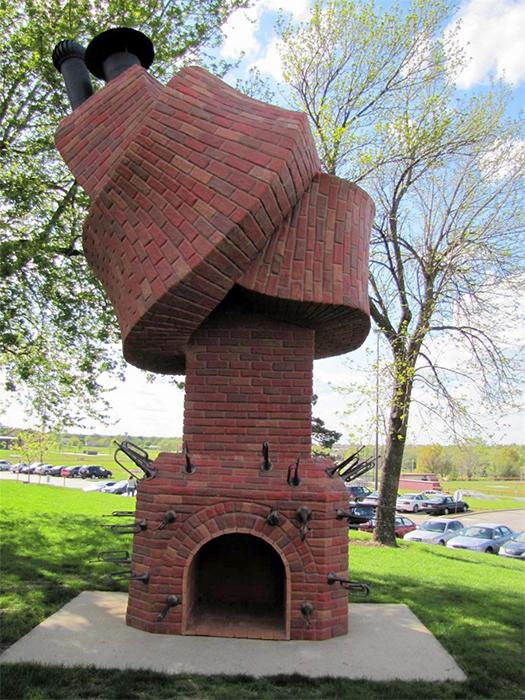 """<b>1. Cosul de fum Performance Piece</b> <p style=""""text-align: left;"""">Cosul fum """"Performance Piece"""" a fost creat de renumit sculptor Dennis Oppenheim. Sculptura este realizata din otel, pigmenti, caramizi si fibra de sticla. Este formata dintr-un semineu si un horn rasucit intr-un nod, in timp ce in jurul semineului se afla mai multe trompete decorative. Sculptura este situata in campusul colegiului comunitar din comitatul Johnson din Overland Park, Kansas, fiind cel mai inedit cos fum functional din lume!</p>"""