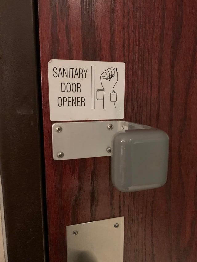 O alta idee pentru evitarea atingerii clantelor la locul de munca