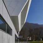 """Placi de fibrociment tridimensionale pentru faţada Centrului cultural și sportiv """"Espace Bellevarde"""""""