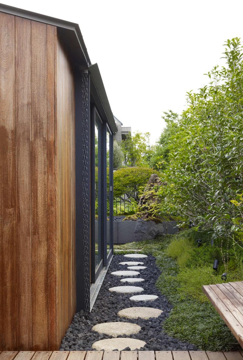 La aceasta casa ancadramentele din metal ale ferestrelor ajung sa mascheze lanturile ce preiau apa de pe acoperis