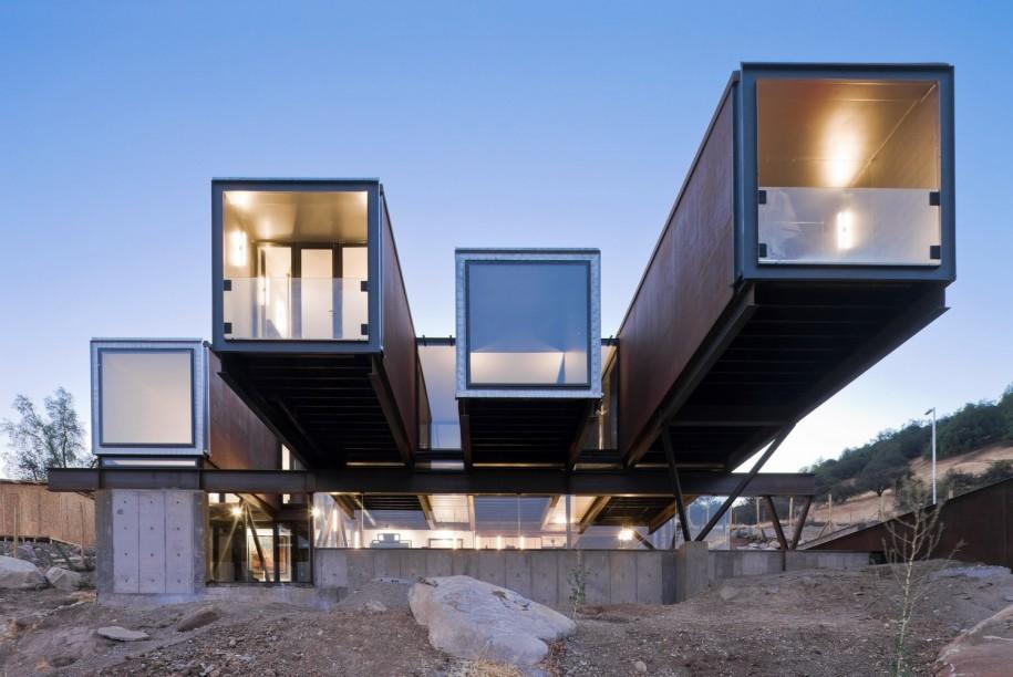 """<b>2. Caterpillar House, o casa privata in Chile</b> <p style=""""text-align: left;"""">Aceasta casa prefabricata de la periferia orasului chilian Santiago a fost realizata de Sebastian Irarrazaval pentru un colectionar de arta si pentru familia sa din 11 containere de dimensiuni diferite. Un al 12-lea container serveste drept piscina.</p> <p style=""""text-align: left;"""">&nbsp;</p> <p style=""""text-align: center;""""><em>Foto:&nbsp;<a href=""""http://www.sergiopirrone.com/"""" target=""""_blank"""">Sergio Pirrone</a></em></p> <p style=""""text-align: center;""""><em><br /></em></p>"""