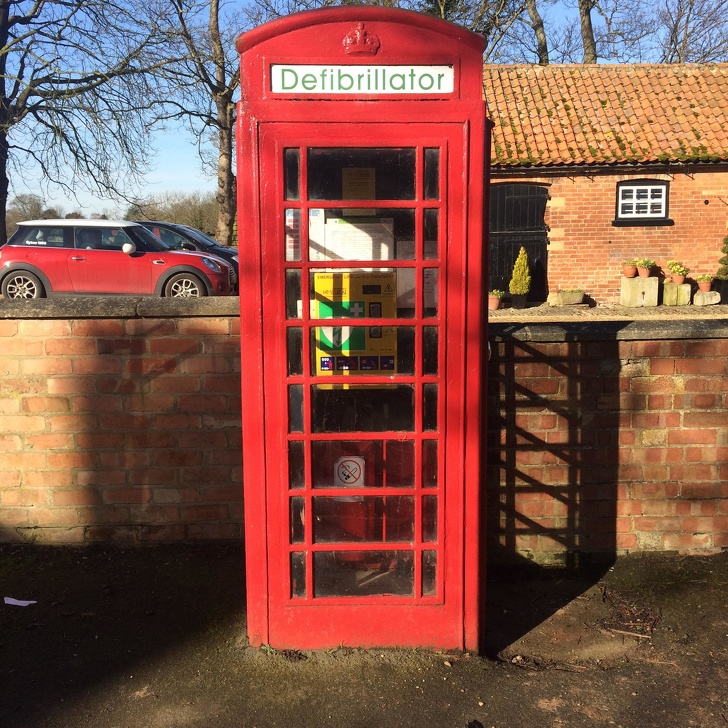 Cabina telefonica cu defibrilator