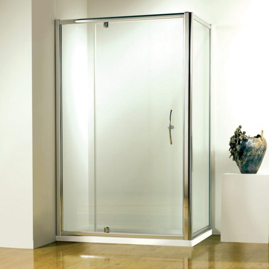Iata o cabina eleganta cu o usa pivotanta rezistenta, potrivita pentru utilizarea intensiva.