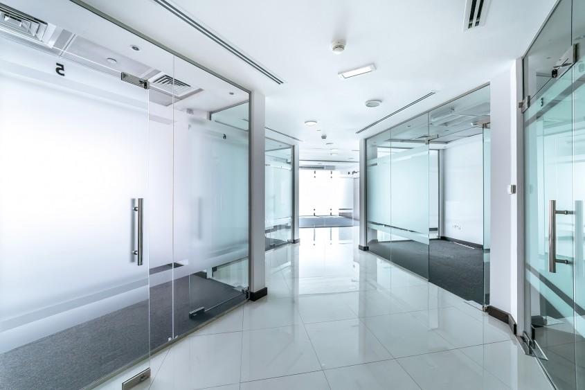 Compartimentările cu sticlă și avantajele utilizării acestora  în spațiile comerciale și de birouri