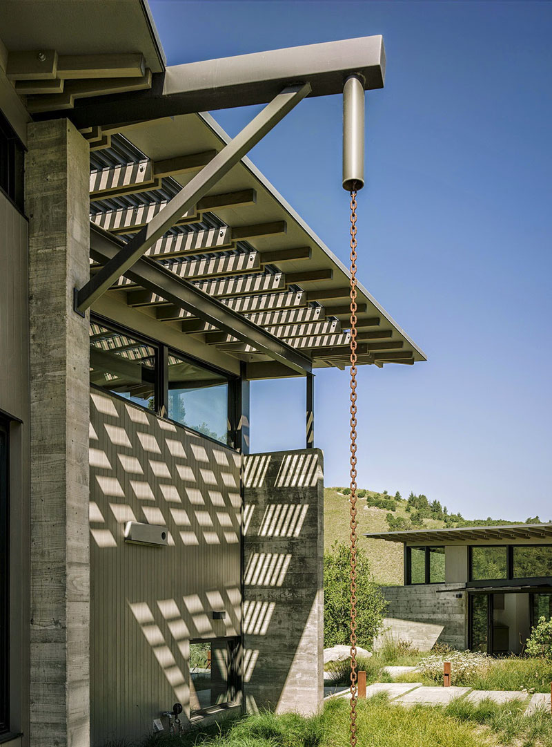 Acest sistem de scurgere aminteste de instalatiile industriale si se potriveste de minune cu structura metalica a acoperisului.
