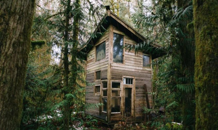 Un învățător construiește cabane ca din basmele cu zâne