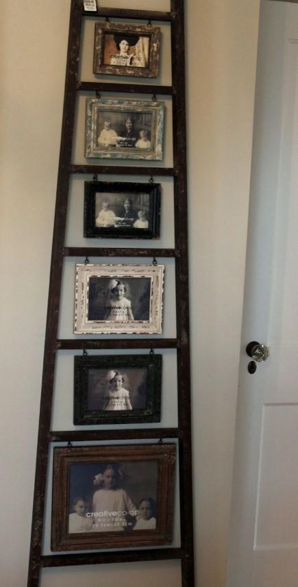 <p>O scara din lemn cu aspect vintage fixata pe perete ofera o incadrare deosebita pentru fotografiile sau piesele de arta pe care vrei sa le scoti in evidenta.</p>