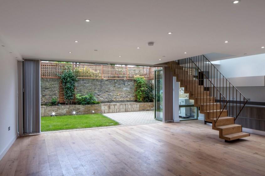 Cutii de sticlă animează fațadele acestor case londoneze