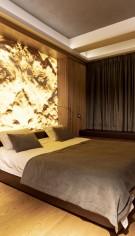 Finisaje cu lemn, piatră naturala și piele pentru un apartament în stil glam