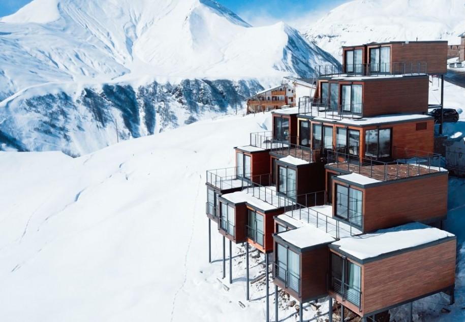 "<b>3. Quadrum Ski and Yoga Resort, un complex de schi in Muntii Caucaz, Georgia</b> <p style=""text-align: left;"">Complexul a fost realizat in intregime din containere maritime transformate de arhitectii&nbsp;<span style=""font-size: inherit;"">Sandro Ramishvili si Irakli Eristavi&nbsp;</span><span style=""font-size: inherit;"">in camere cu privelisti panoramice.</span></p> <p style=""text-align: left;"">&nbsp;</p> <p style=""text-align: center;""><em><span style=""font-size: inherit;"">Foto:&nbsp;<a href=""http://quadrum-gudauri.com/"" target=""_blank"">Quadrum Ski and Yoga Resort</a><a href=""http://quadrum-gudauri.com/""></a></span></em></p>"